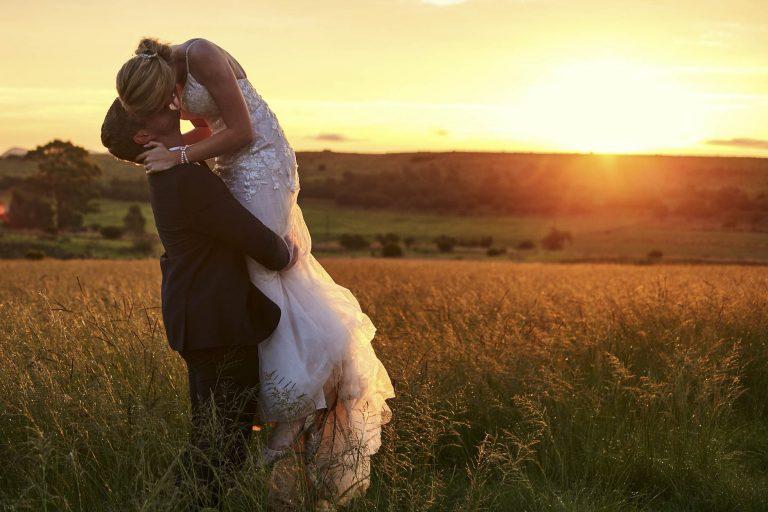 Couple kissing at sunset at Lezar opstal